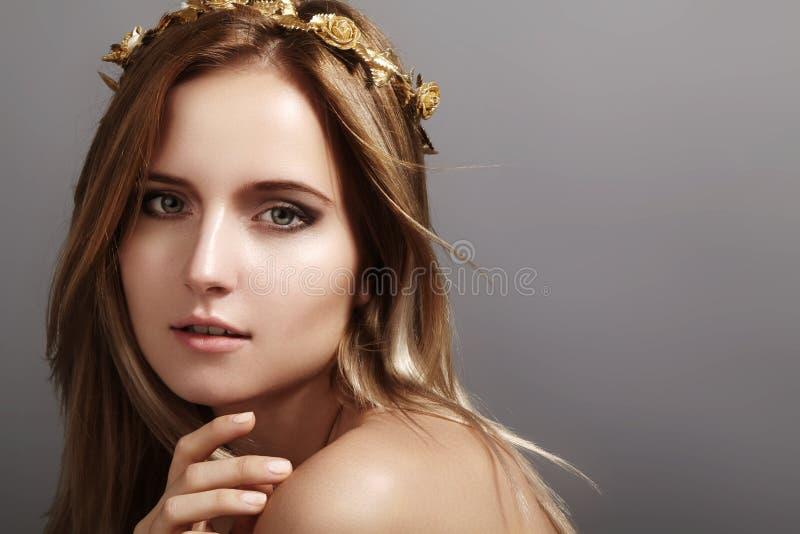 Beau modèle de jeune femme avec des cheveux de lumière de vol Peau propre de beauté, maquillage de mode Coiffure, haircare, maqui photo libre de droits