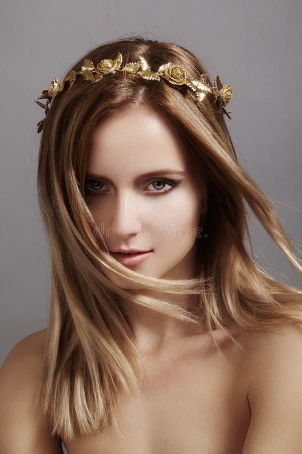 Beau modèle de jeune femme avec des cheveux de lumière de vol Peau propre de beauté, maquillage de mode Coiffure, haircare, maqui image libre de droits