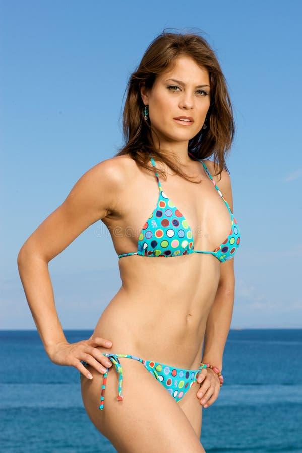 Beau modèle de maillot de bain sur la plage. photo stock