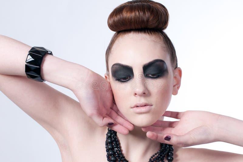 Beau modèle de mode avec le renivellement noir image stock