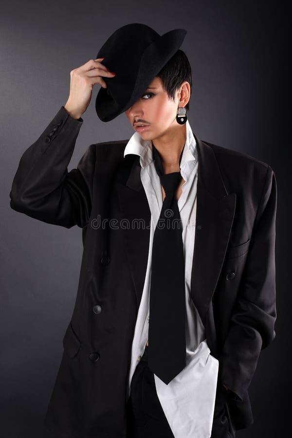 Beau modèle de mode dans la grandes chemise et couche d'homme photo stock