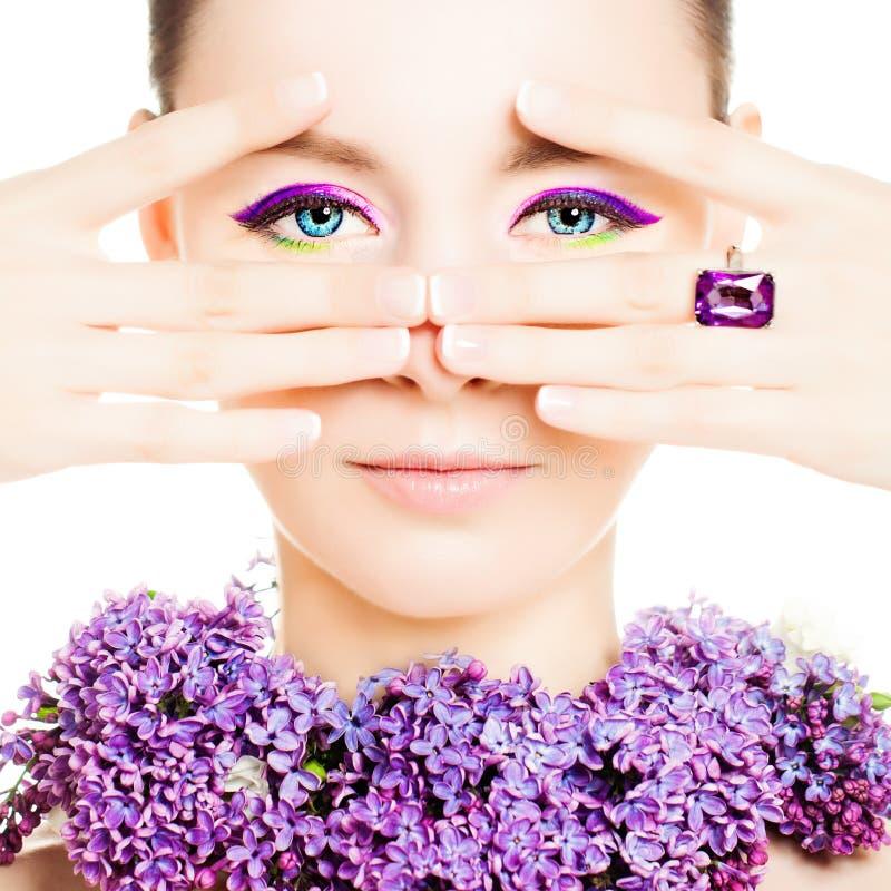Beau modèle de mode de femme Maquillage lumineux et fleurs photos libres de droits