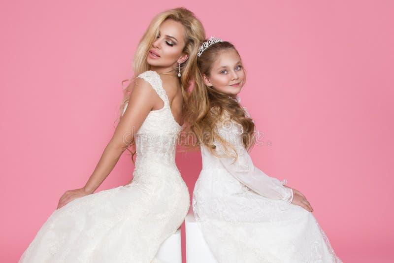 Beau modèle femelle blond, mère avec la fille blonde dans des robes images libres de droits