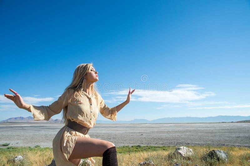 Beau modèle femelle contre le ciel bleu image libre de droits