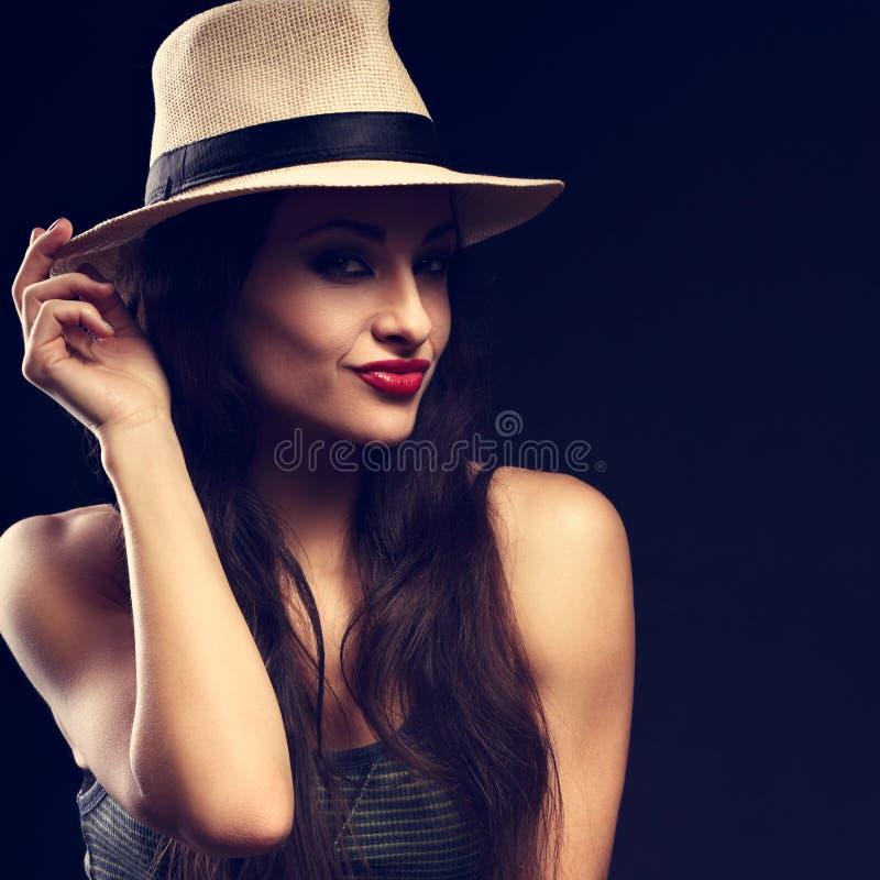 Beau modèle femelle grimaçant heureux avec le long posi brun de cheveux photo libre de droits