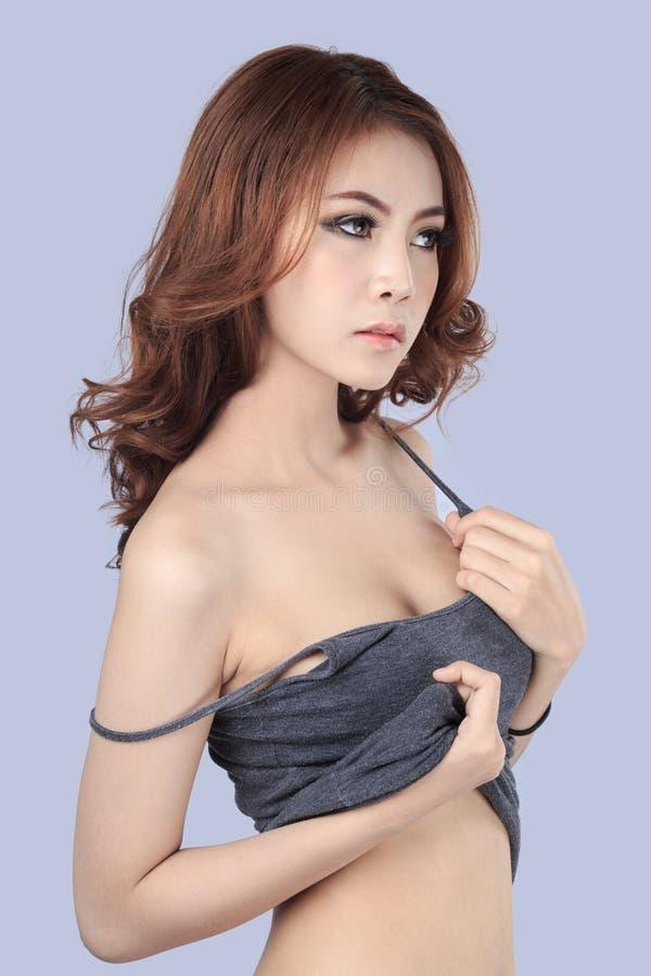 Beau modèle femelle portant le dessus de réservoir gris images libres de droits