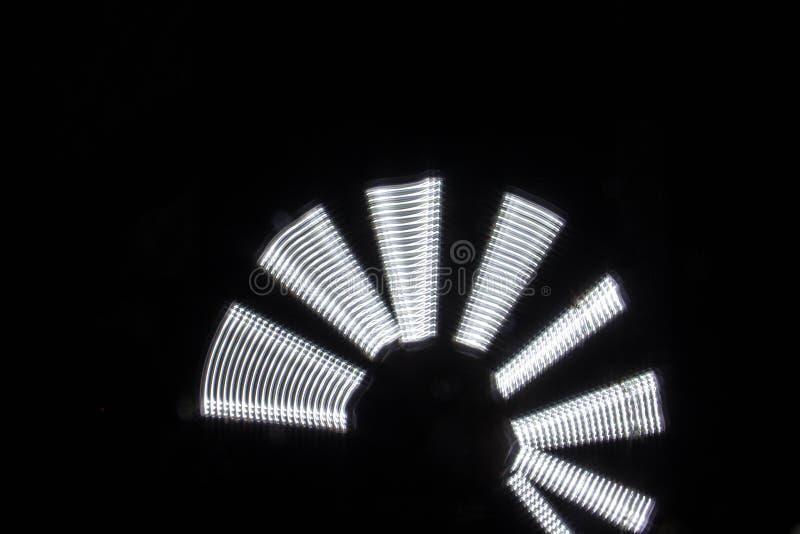 Beau modèle léger abstrait lumineux sur le noir images libres de droits