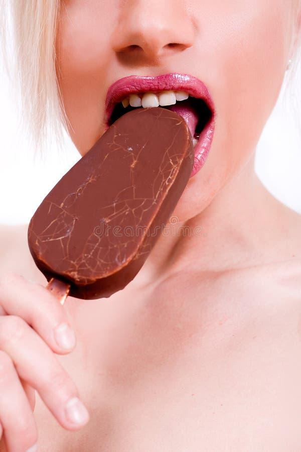Beau modèle mangeant d'une glace photos libres de droits