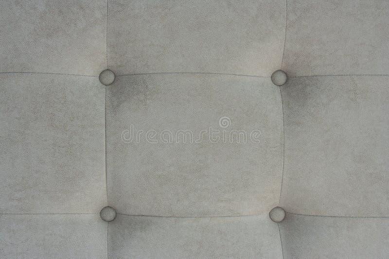Beau modèle ou boutonné sur la texture grise photos libres de droits