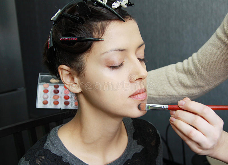 Beau modèle sexy, appliquant le maquillage photo libre de droits