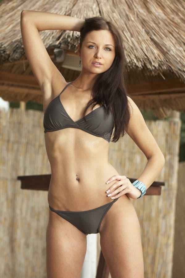 Beau modèle utilisant le bikini sexy photos libres de droits