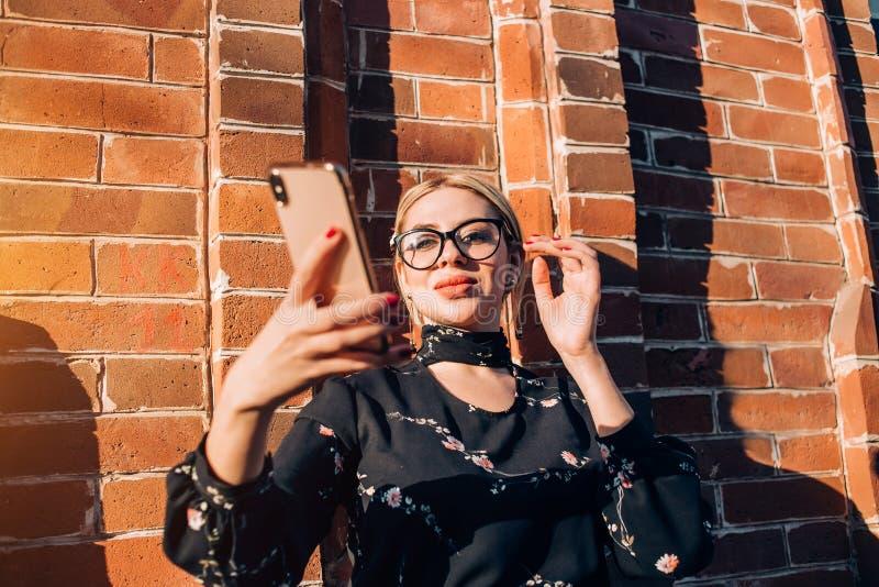 Beau mod?le blond mignon dans la robe posant dans la ville photo stock