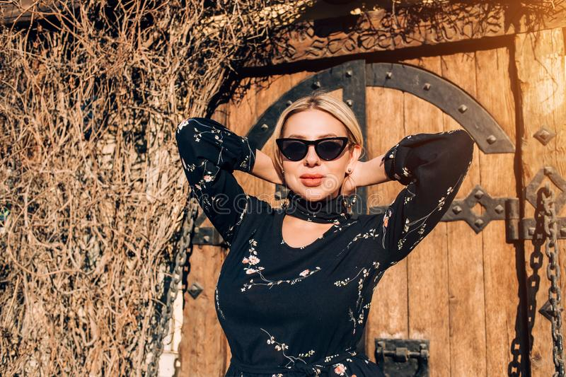 Beau mod?le blond mignon dans la robe posant dans la ville photographie stock libre de droits