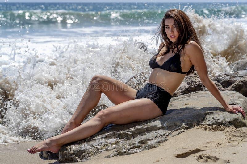 Beau mod?le de bikini de brune Relaxing On The Shoreline ? la plage  image stock