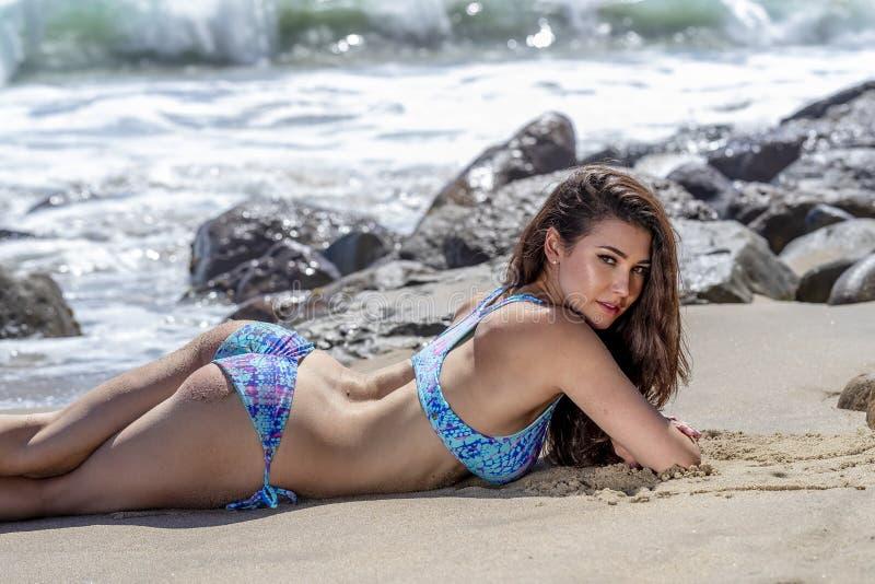 Beau mod?le de bikini de brune Relaxing On The Shoreline ? la plage  images stock