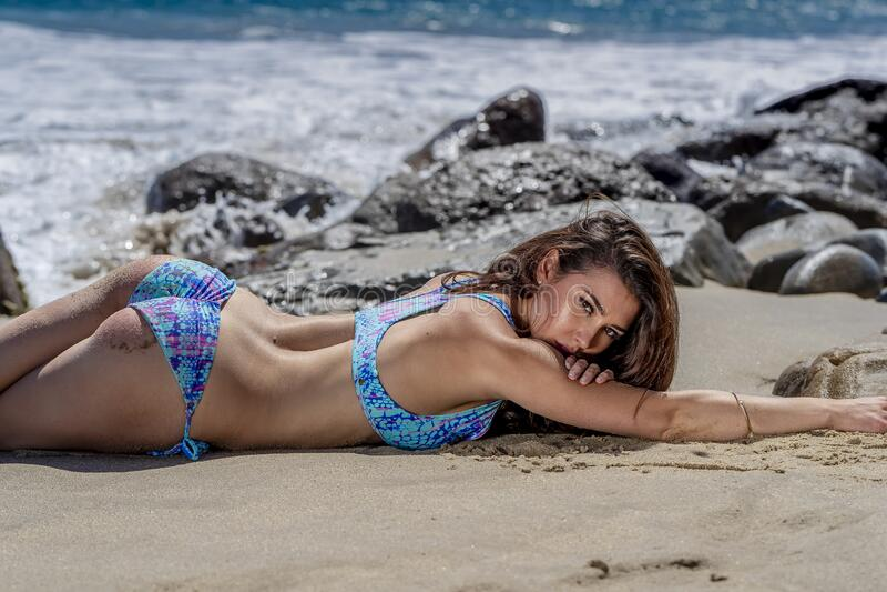 Beau mod?le de bikini de brune Relaxing On The Shoreline ? la plage  photo stock