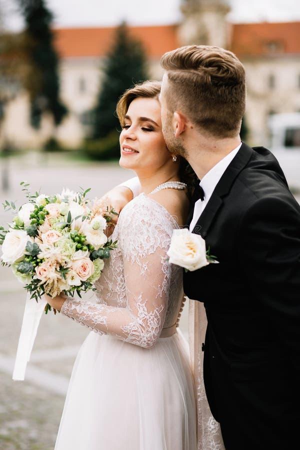 Beau moment des jeunes couples pendant le jour du mariage photos libres de droits