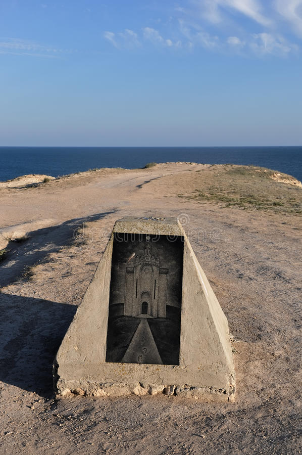 Beau monument sur le rivage de la Mer Noire dans le Tarhanku photographie stock libre de droits