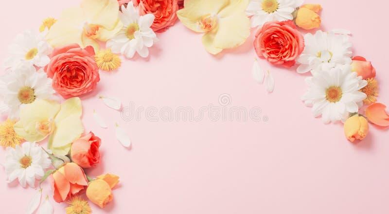 Beau motif floral sur fond de papier rose image libre de droits