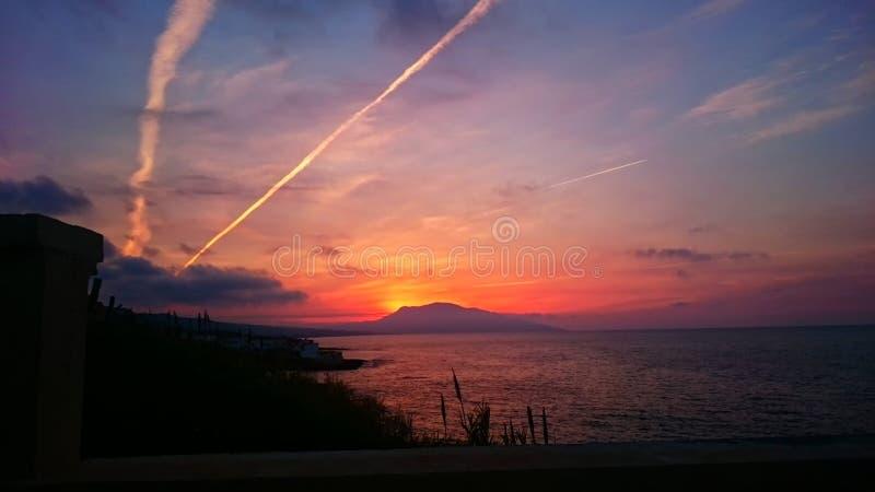Beau Mountain View de mer de coucher du soleil photographie stock