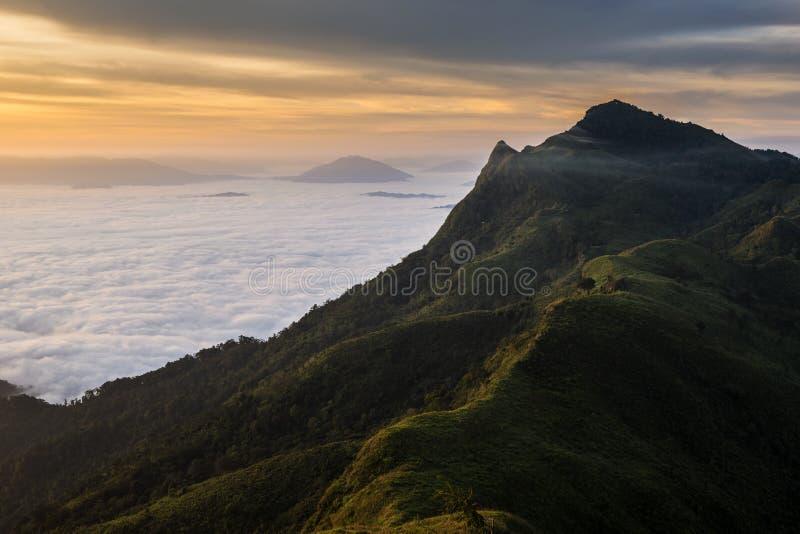 Beau Mountain View Doi Pha Tang dans Chiangrai images stock