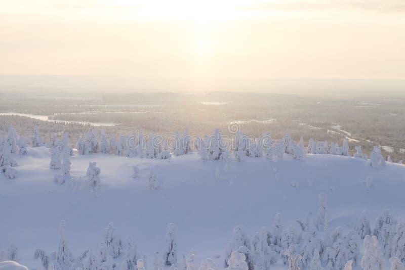 Beau Mountain View froid de la station de sports d'hiver, jour d'hiver ensoleillé avec la pente photos stock