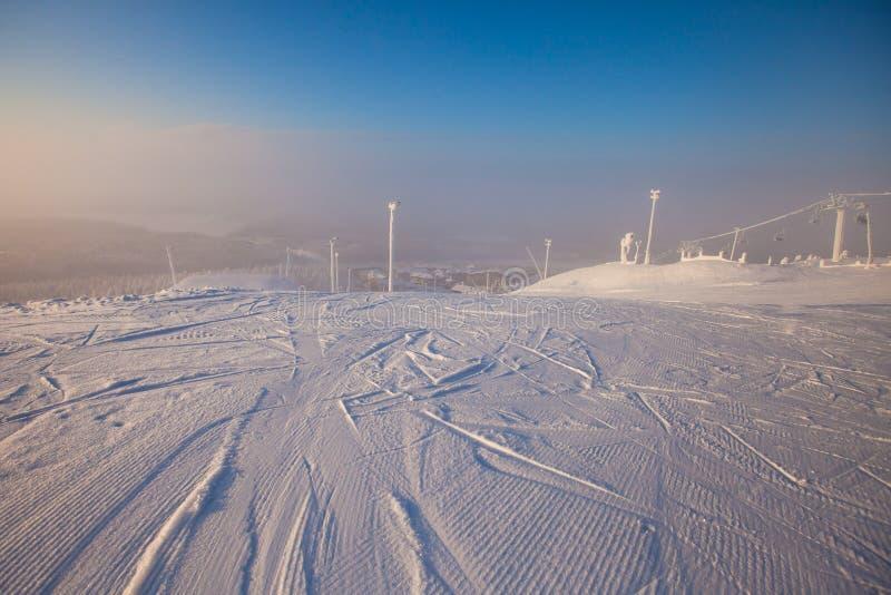 Beau Mountain View froid de la station de sports d'hiver, jour d'hiver ensoleillé avec la pente photos libres de droits