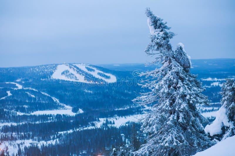 Beau Mountain View froid de la station de sports d'hiver, jour d'hiver ensoleillé avec la pente image stock