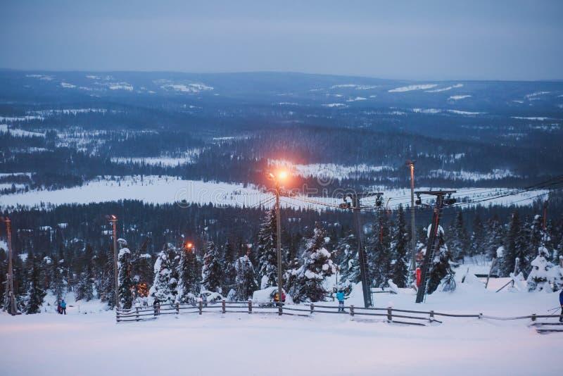 Beau Mountain View froid de la station de sports d'hiver, jour d'hiver ensoleillé avec la pente image libre de droits
