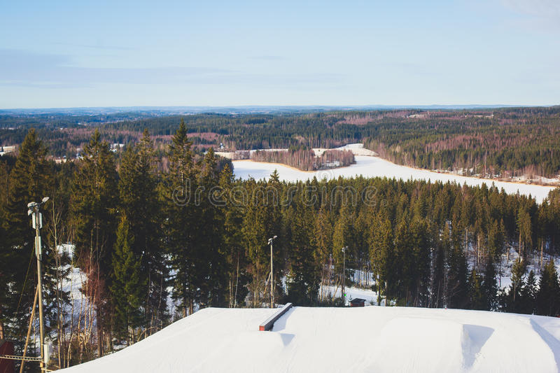 Beau Mountain View froid de la station de sports d'hiver, jour d'hiver ensoleillé avec la pente photographie stock