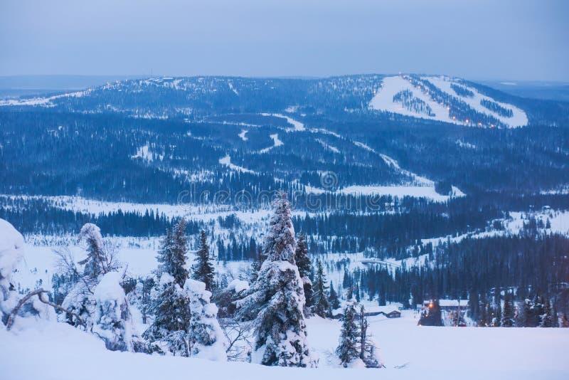 Beau Mountain View froid de la station de sports d'hiver, jour d'hiver ensoleillé avec la pente images stock