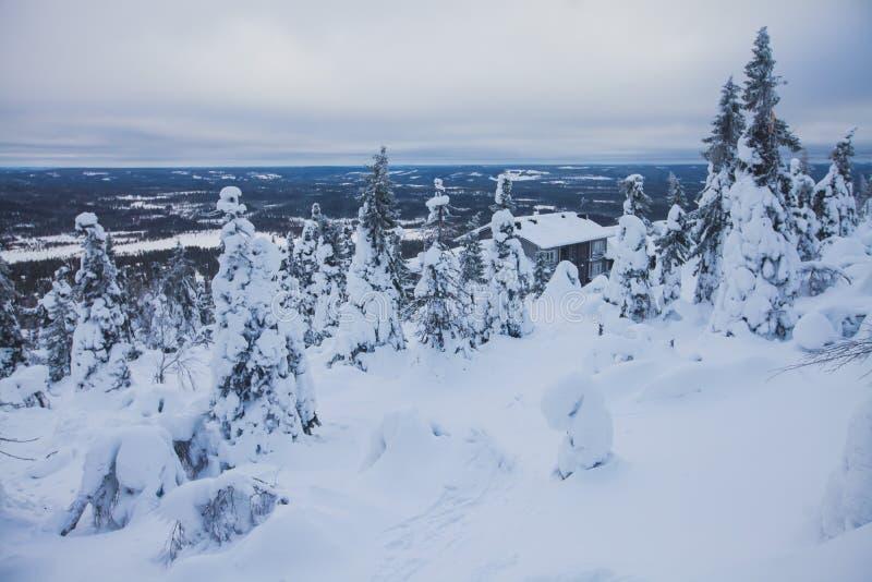 Beau Mountain View froid de la station de sports d'hiver, jour d'hiver ensoleillé avec la pente photo libre de droits
