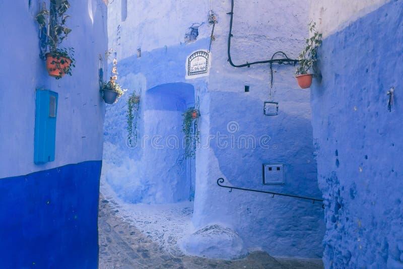 Beau mur bleu dans Chefchaouen, Maroc berber images libres de droits