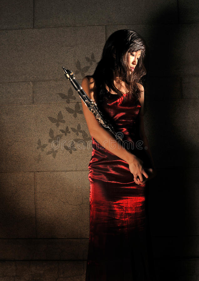 beau musical d'instrument de fixation à la femme photo libre de droits