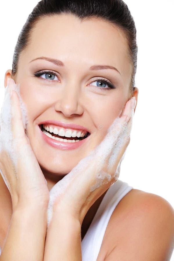 Beau nettoyage heureux de femme son visage photographie stock