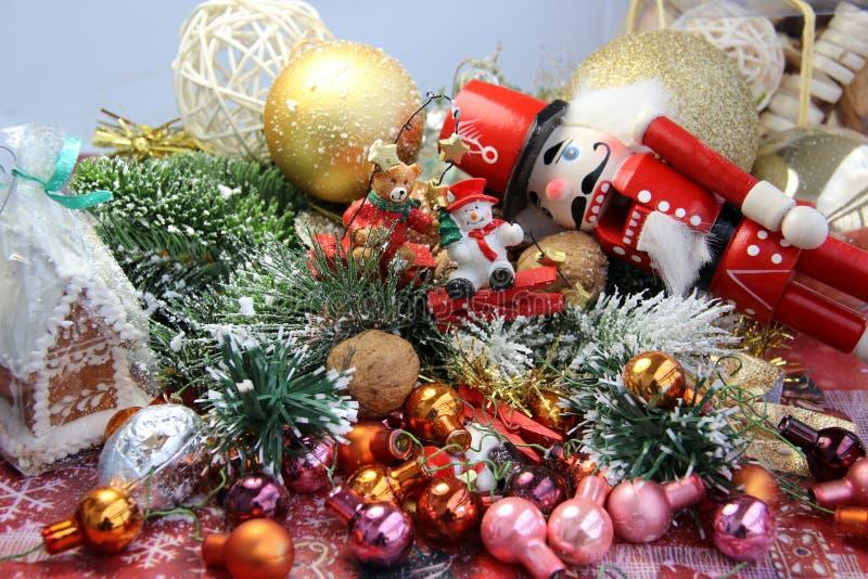 Beau Noël avec les jouets, le pain d'épice et le casse-noix photographie stock