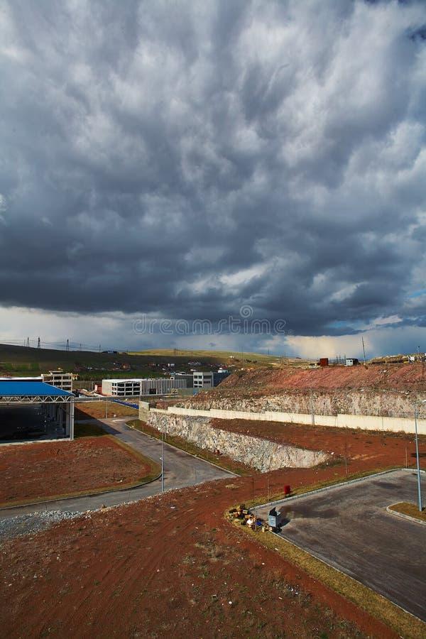 Beau nuage sur une usine photo libre de droits