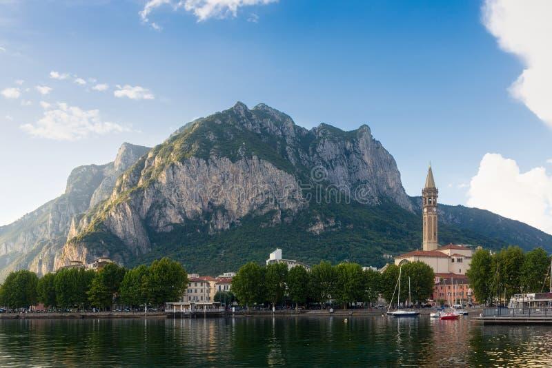 Beau panorama de Lecco avec le bâti San Martino dans le backgr images stock