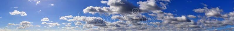 Beau panorama des cloudscapes oranges et jaunes au lever de soleil/au coucher du soleil sur un ciel bleu dans la haute résolutio image stock