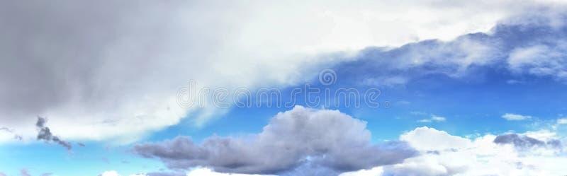 Beau panorama des cloudscapes oranges et jaunes au lever de soleil/au coucher du soleil sur un ciel bleu dans la haute résolutio images libres de droits