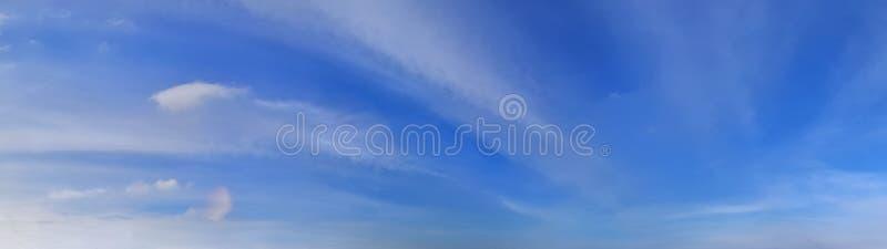 Beau panorama des cloudscapes oranges et jaunes au lever de soleil/au coucher du soleil sur un ciel bleu dans la haute résolutio photo stock