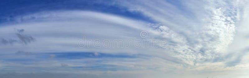 Beau panorama des cloudscapes oranges et jaunes au lever de soleil/au coucher du soleil sur un ciel bleu dans la haute résolutio photographie stock