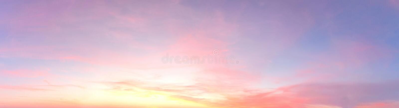 Beau panorama des cloudscapes oranges et jaunes au lever de soleil/au coucher du soleil sur un ciel bleu dans la haute résolutio photo libre de droits
