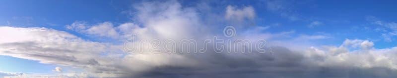 Beau panorama des cloudscapes oranges et jaunes au lever de soleil/au coucher du soleil sur un ciel bleu dans la haute résolutio images stock