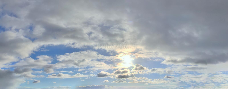 Beau panorama des cloudscapes oranges et jaunes au lever de soleil/au coucher du soleil sur un ciel bleu dans la haute résolutio photographie stock libre de droits