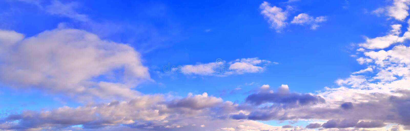 Beau panorama des cloudscapes oranges et jaunes au lever de soleil/au coucher du soleil sur un ciel bleu dans la haute résolutio image libre de droits