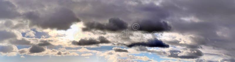 Beau panorama des cloudscapes oranges et jaunes au lever de soleil/au coucher du soleil sur un ciel bleu dans la haute résolutio photos libres de droits