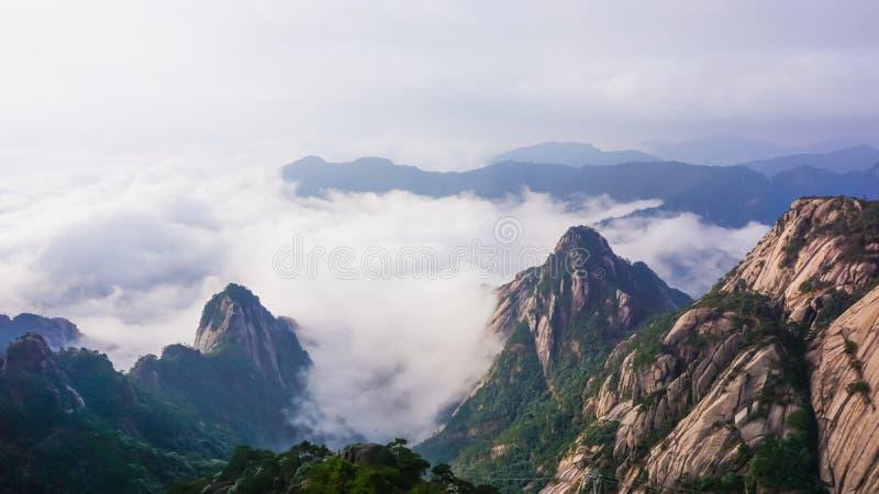 Beau panorama des nuages entre les montagnes Parc national de Huangshan La Chine photos libres de droits