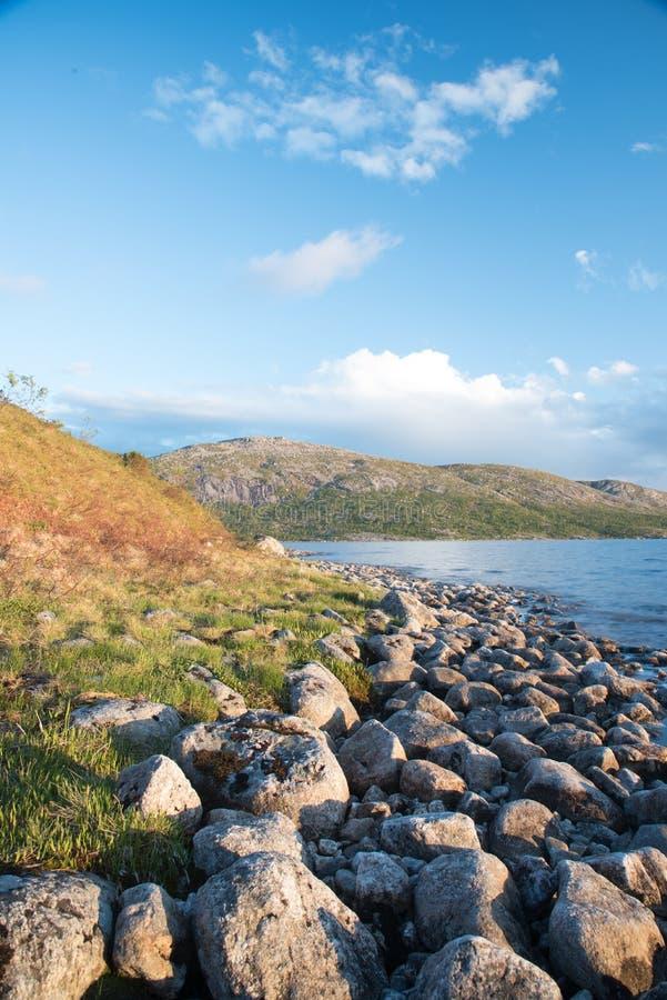 Beau panorama norvégien - coucher du soleil au-dessus d'un lac dans les montagnes photo stock