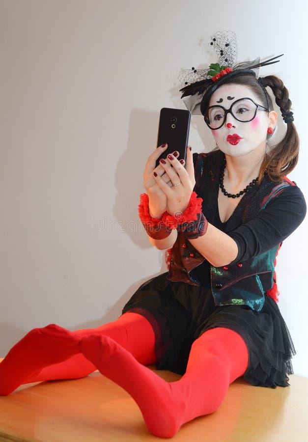 Beau pantomime de jeune fille, faisant le selfie photo libre de droits